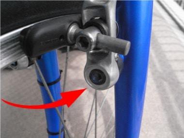 自転車のブレーキ交換。ブレーキのボルト部分。